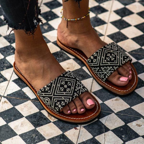 Sandale en cuir et bande en tissu